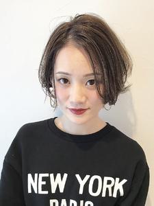 丸みショートにデザインカラーを程よく施しました。|rocca hair innovation 稲毛西口店のヘアスタイル