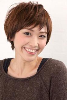 スタイリッシュで遊び心のあるデキ女風ベリーショート|Hayato Tokyoのヘアスタイル