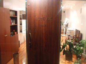 茶色のドアが目印