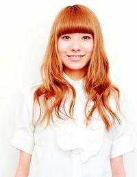 明るいカラーの巻き髪スタイル