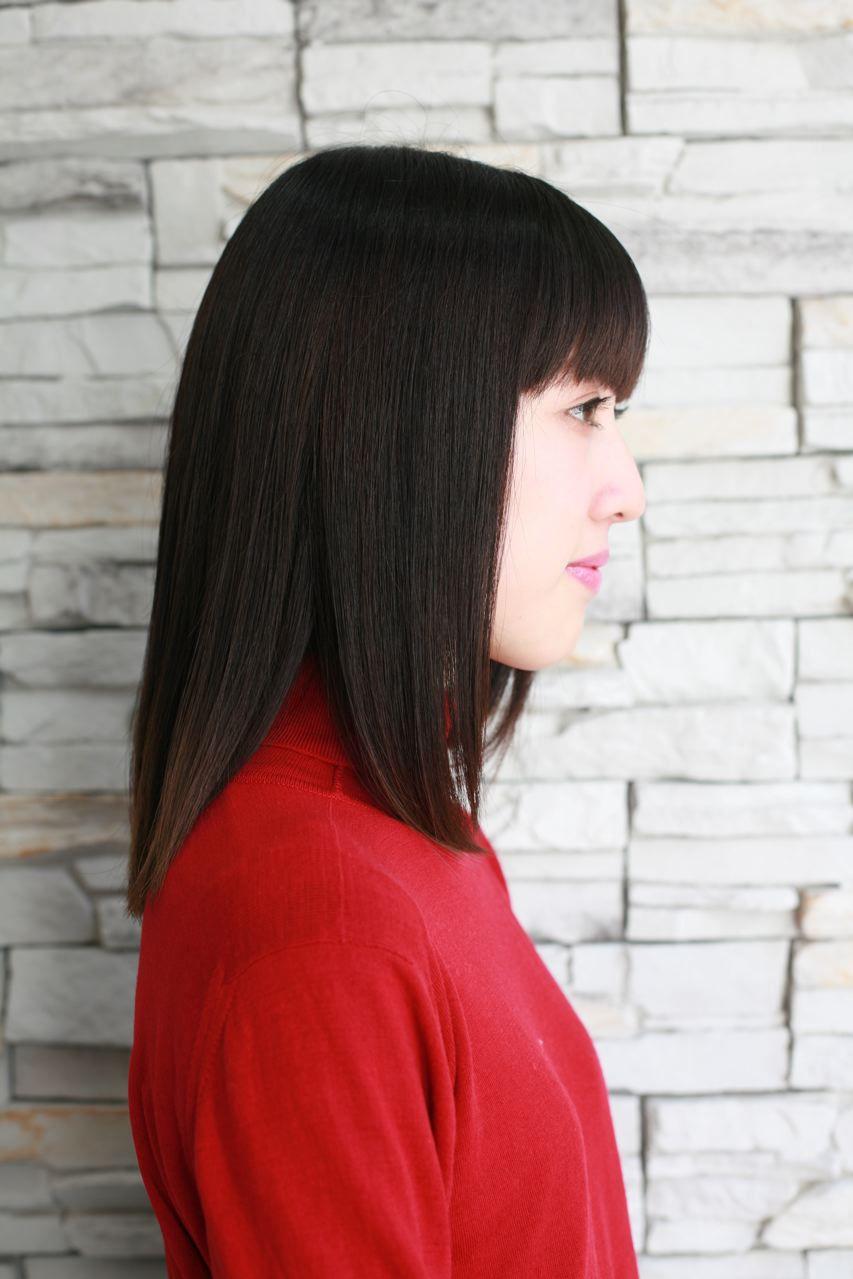 黒髪のパッツン前髪がキュートなミディアムボブ