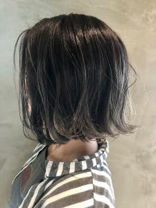 切りっぱなしボブxハイグレーxハイライト|Coletteのヘアスタイル