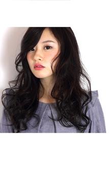 エッジの効いたカールがポイントのロングヘア|COM'S 藤沢のヘアスタイル