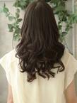 たわわなボリューム感で魅了するクラシカル巻き髪スタイル