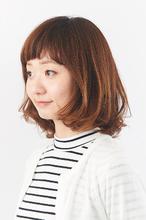 眉上バングが印象的なヘルシーミディ|美容室S&Sさかもと イオン高松東店のヘアスタイル