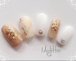 シアーホワイトに金パクを上品に|Salon Mylitta -Nail-のネイル