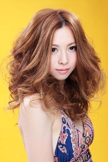 ミディアムカール HIGUCHI Place <プレイス店>のヘアスタイル