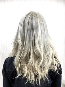 【 LILY 】 ホワイトシルバーカラー|LILY SHINSAIBASHIのヘアスタイル