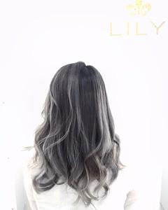 【LILY】 シルバーグラデーション|LILY SHINSAIBASHIのヘアスタイル