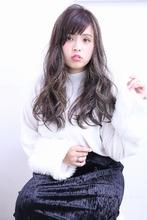 大きめウェーブのアッシュロング|florun. 早川 真妃のヘアスタイル