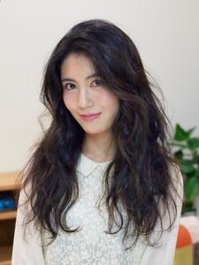 黒髪ロングもパーマで軽く!|GREEN Hair&Beautyのヘアスタイル