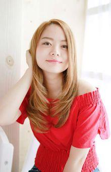 外国風明るめベージュカラー×内巻きロングレイヤー|錦糸町 美容院 Agateのヘアスタイル