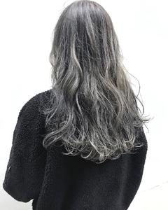 ホワイトハイライト×グレーアッシュネイビーカラー|alloyのヘアスタイル