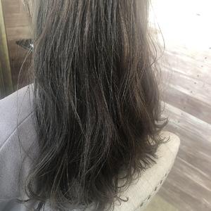 カーキグレージュ ふんわりロング|healing salon Casaのヘアスタイル