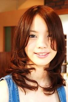 長めの前髪でヌーディ—なリラックスウェーブ Tashaのヘアスタイル